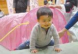 手作り遊具で遊ぶ男児
