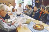 テーブルを囲み談笑する参加者