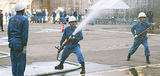 放水を行う消防団員