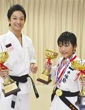優勝杯を持つ平塚塾長(左)と下田君