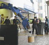 爆発物と想定した缶を運ぶ爆発物処理車