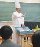 道具を説明するパン職人の山本さん