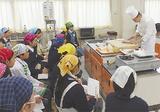 調理の実演に見入る生徒たち