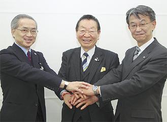 災害時の連携を確認する(左から)小池区長、松澤孝郎青葉区連合自治会町内会長、市来取締役