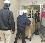 支援物資を運ぶスタッフ