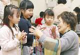 あやとりを学ぶ児童と東條さん