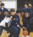 自ら実践して指導を行う原田さん(左から2人目)