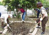 花壇づくりをする会員