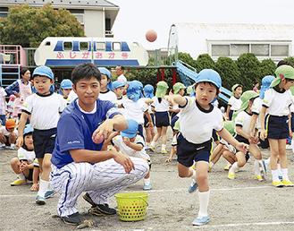 元気良くボールを投げる園児