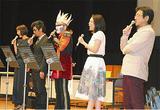 校歌を歌う卒業生