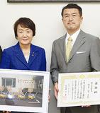 感謝状を持つ中西副組合長(右)と林市長