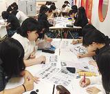 模擬選挙を行う生徒ら=同校提供
