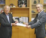 感謝状を受け取る野路会長(左)