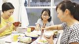 一静さん(中央)を囲む三井さん(左)と吉田さん
