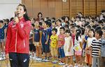 校歌を歌う五十嵐選手と児童