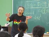 生徒に語る横山さん