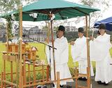 水田前に設置した祭壇の前で神事