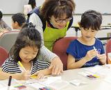 カスタネットに絵を描く子どもたち