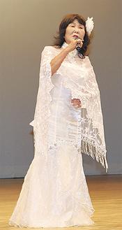 歌を披露する吉田栄子さん