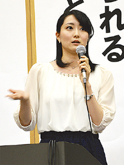 登壇する元シンクロ日本代表の芳賀さん