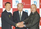 左から中野代表、岡本学長、浅川学部長