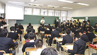 授業を見学する教育関係者