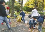 嶮山公園でごみを拾う児童たち