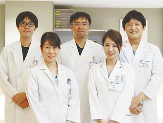 「脳神経センター」として診療科の枠を超えて連携する若手医師。左から高野医師、下邨医師、佐藤医師、桒田医師、平元医師