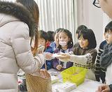 年賀状を手渡す児童