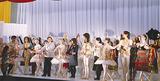 公演後、拍手を受ける演者
