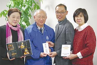 義援金を渡す下山委員長(右から二番目)