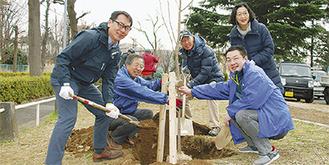 苗木を植える住民ら