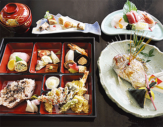 心が込もった祝いの席にぴったりのお祝い弁当5,000円(税別)。鯛の姿焼き、御造り、蛤の吸物、赤飯などが並ぶ