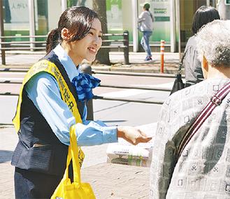 防犯チラシを配る銀行職員