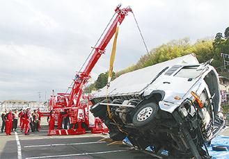 4トン車を引き起こす青葉ロードサービス