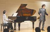 演奏する金井さん(左)と高田さん