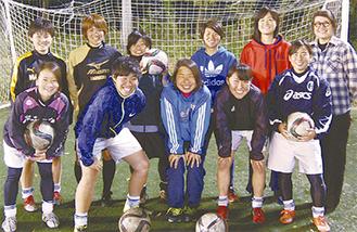 小池さん(後列右)と地域活動を行う同チームメンバー