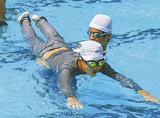 うつぶせで浮く練習する児童