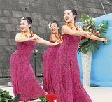 笑顔で踊るメンバー