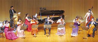 クラシックの弦楽器奏者らが、往年の映画音楽やダンス音楽を演奏