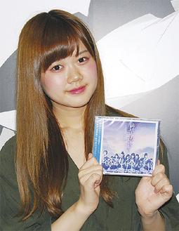 発売されたCDを持つセラさん