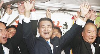 6回目の当選を決め、支持者と万歳をして喜ぶ江田氏