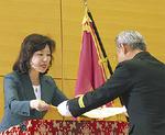 大臣から感謝状を受ける徳江団長