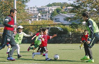 コーチと試合をする子どもたち