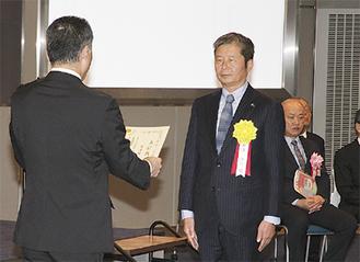 表彰される古澤隆行さん(右)