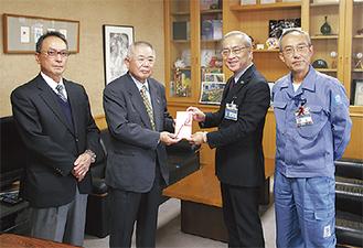 小池区長に寄付金を手渡す若林会長(中央)