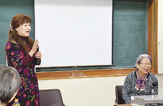 質問に答える松葉口教授(左)と阿南理事長