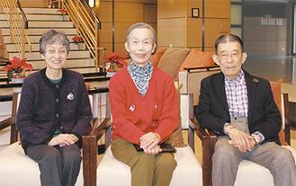 左から入居歴9年目の臼井昭子さんと忍頂寺紀子さん。同じく7年目の寺本潔充さん。3人とも「長く住むにはぴったりの落ち着いた雰囲気が気に入っている」と話している