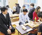 将棋クラブでの森内さん(左)