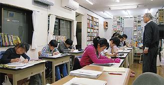 教室には8千冊の蔵書があり、まるで図書館のよう